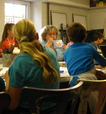 Malen lernen in der Vlothoer Malschule. Brigitte Pohle im Kinderkurs.